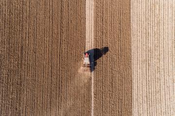 Luftbild eines Bauern mit seinem Traktor bei der Felsarbeit