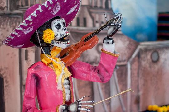 catrina mexicana calavera dia de muertos  vestida de mariachi con sombrero de charro y violin halloween