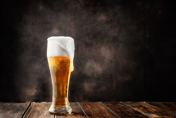 Photo sur Aluminium Alcool Glass of fresh and cold beer on dark background