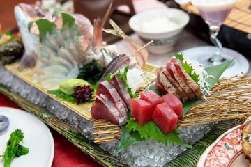 お造り 刺身 鮪 はまち 鯛 アジ カツオ 鯵 新鮮 姿 食事 日本料理 大葉 SASHIMI  WASABI  海 料理 寿司 アップ 昆布 盛り付け 調理 海鮮, 豪華 居酒屋 一品 活き造り とれたて 魚 産地 直送 プリプリ 赤身 トロ 漁師 日本海 札幌