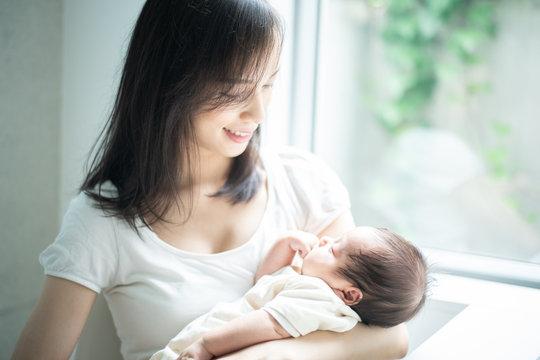 赤ちゃんを抱いた女性