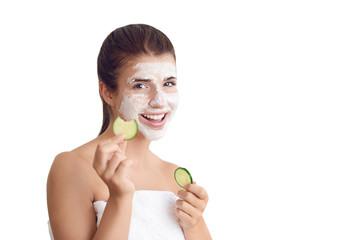 Hübsche junge Frau mit einer Gesichtsmaske