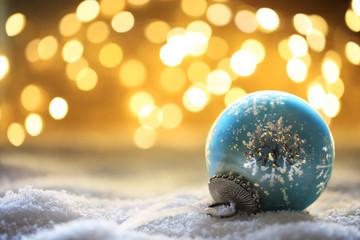 Bokeh Hintergrund mit Weihnachtskugel