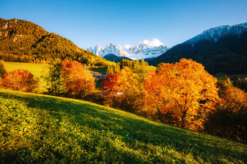 壁紙(ウォールミューラル) - Magic image of sunny hills in St. Magdalena village. Location Funes valley, Dolomiti Alps. Province of Bolzano, South Tyrol, Italy. Europe.
