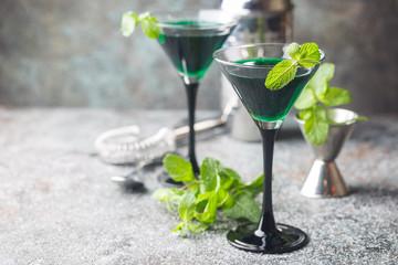 In de dag Cocktail Green cocktails in martini glasses