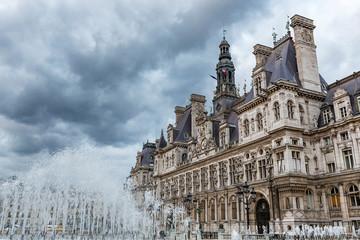 ein Sturm über dem Rathaus in Paris, Frankreich