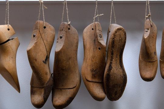 An Schnüren aufgereihte Leisten eines Schuhmachers