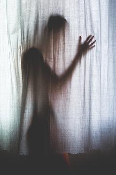 angoisse peur halloween stress silhouette coprs bras rideau contre jour meurtre caché art femme lumière épouvante