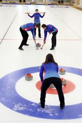 Fototapeta Curling. Mecz curlingowy. Młodzi ludzie na lodowisku. obraz
