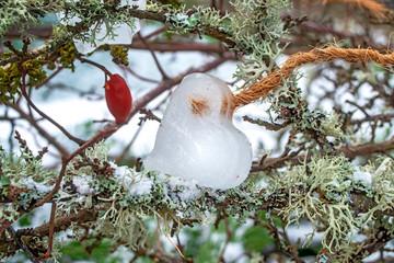 Herz aus Eis zur Dekoration im Garten