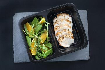Potrawa obiadowa w diecie pudełkowej. Kurczak w ziołach z zieloną sałatką