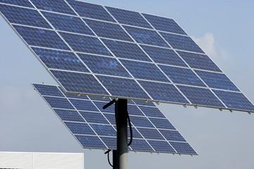 Photovoltaikanlage mit Sonne und blauem Himmel