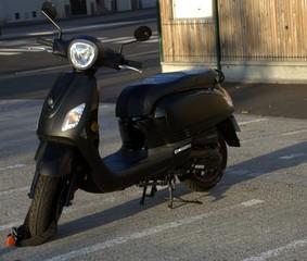 scooter noir sur parking ,stationnement