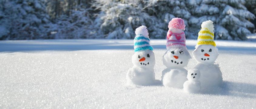 Winter - Schneemänner mit bunten Strickmützen
