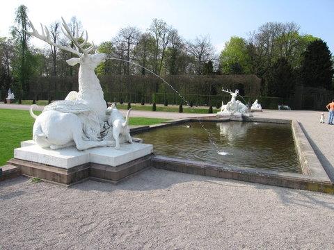Weiße Hirschskulpturen Bassin Schlosspark Schwetzingen
