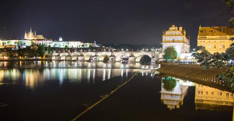Karlsbrücke und Prager Burg bei Nacht