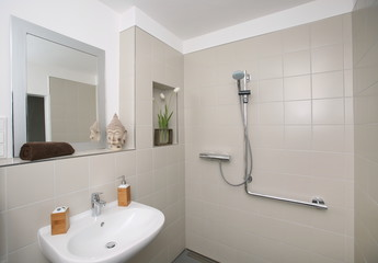 Neues umgestaltetes seniorengerechtes Badezimmer