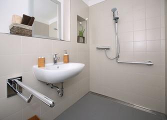 Neues umgestaltetes seniorengerechtes und behindertengerechtes Badezimmer