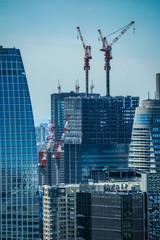 東京の街並みと建設中のビル