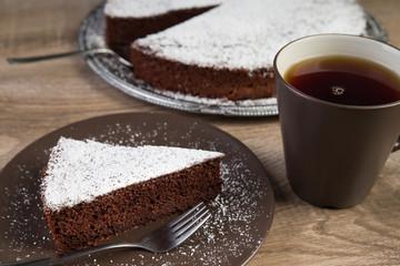 Schokoladenkuchen mit einer Tasse Tee