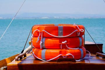 Rettungsring - Stapel auf einem Boot mit Wasser im Hintergrund