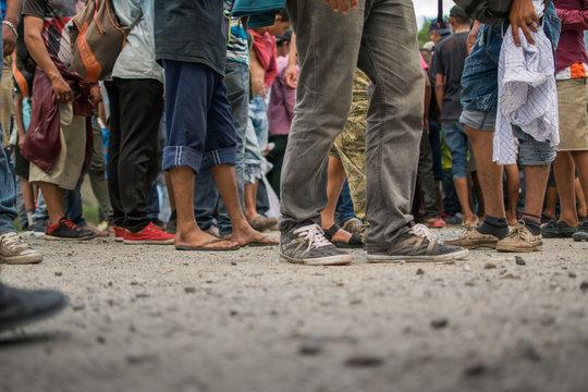 Pies descalzos de migrante hondureño