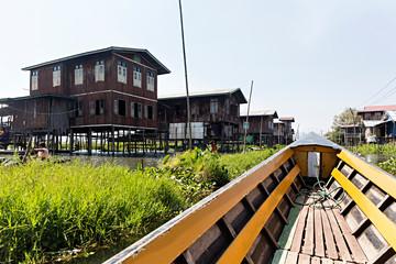 Casas y barca en el lago Inle, Myanmar.
