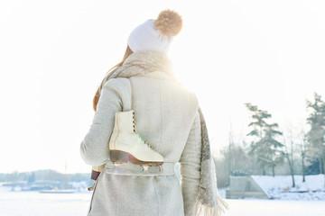 Frau mit Schlittschuhen macht Spaziergang