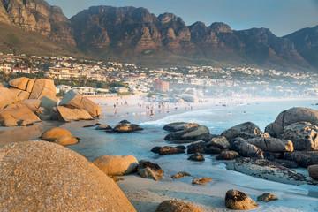 """Abendstimmung am Strand von Camps Bay, im Hintergrund die """"12 Apostel"""",  nahe Kapstadt in Südafrika"""
