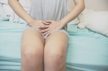 Women wear gray shirts with their hands to scratch their vaginas. Itching is caused by fungus in the bra. Do not focus on objects..