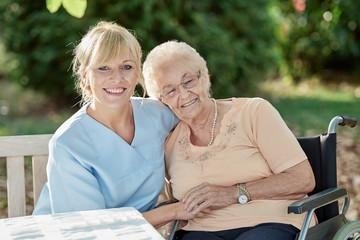 Pflegerin schenkt Zuneigung