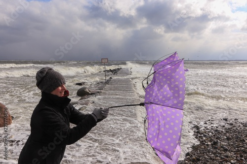 Frau Mit Schirm Im Winter Sturm An Der Ostsee Konzept Kimawandel