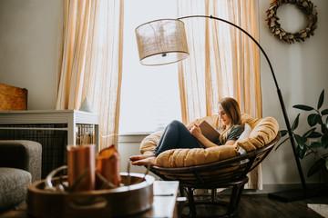 Obraz Woman Reading at home - fototapety do salonu