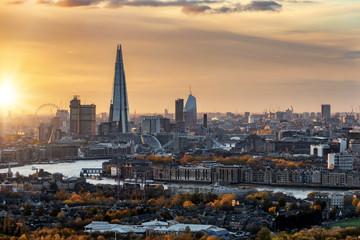 Fotomurales - Blick auf die urbane Skyline von London im Herbst mit Sonnenschein und goldenen Farben