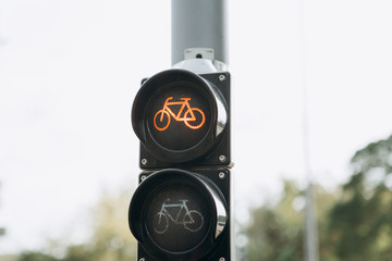 A close-up of a street light for cyclists shows a red color signifying the prohibition of movement or the need to stop. Fotomurales
