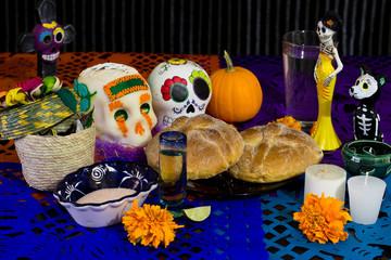 Ofrenda de día de muertos. Con calavera de azúcar y pan de muerto.