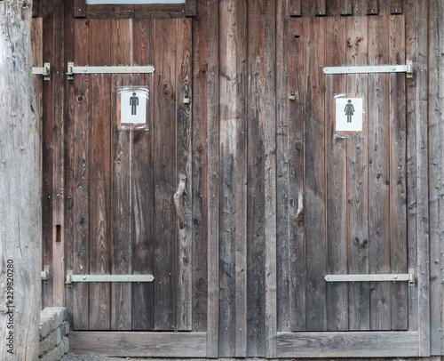 Eine Rurales Toilettenhauschen Mit Trennung Fur Mann Und Frau