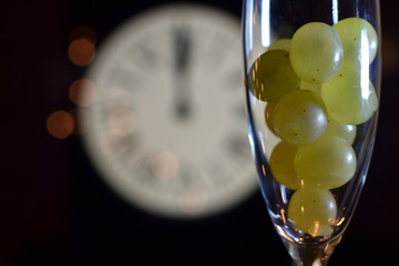 CELEBRATION OF THE NEW YEAR, TRADITION OF TWELVE GRAPES OF LUCK WITH THE CLOCK WITH TWELVE BELLS Fototapete