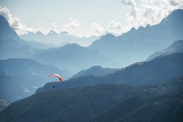 Paraglider über den Gipfeln der Dolomiten