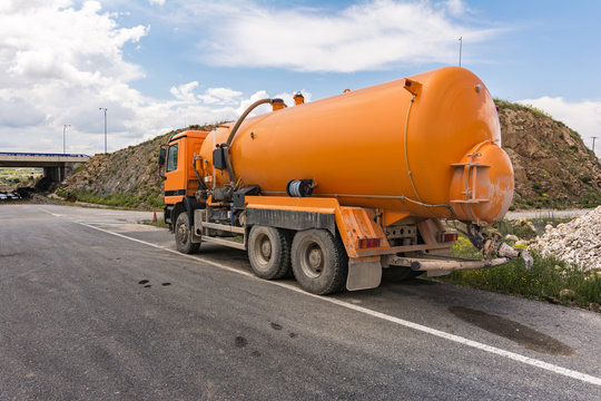 Tank truck to transport water or liquids for construction