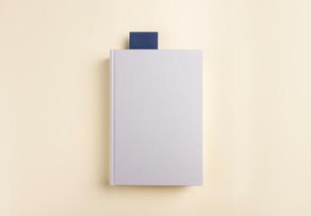 Libro en blanco con marcapágina