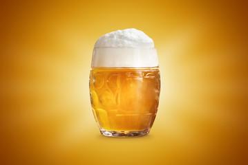 Papiers peints Biere, Cidre Bier Glas Bierkrug mit Schaum isoliert gelb gold Hintergrund