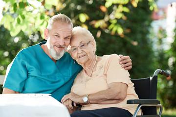 Pfleger gibt Seniorin seine Zuneigung