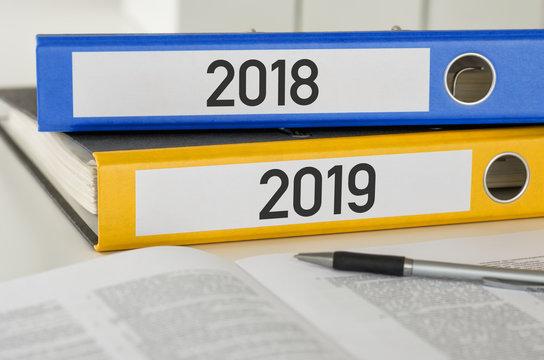 Aktenordner mit der Beschriftung 2018 und 2019