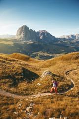 Wanderer bei Sonnenaufgang über dem Grödner Tal