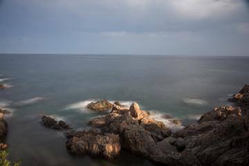 playa con rocas y cielo