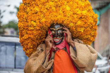 danzantes mexicanos guerrero chichihualco sombreros de flores naranjas mascaras