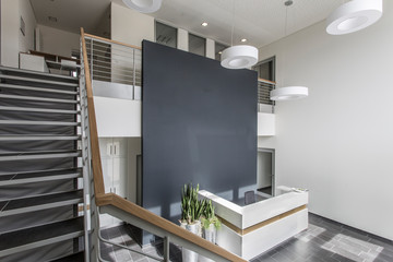 Empfangstheke modern von oben auf Treppe