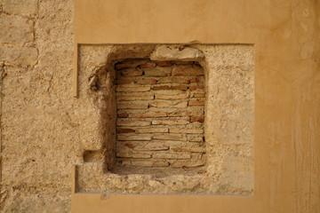 Porte murée avec des briques