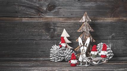 Vier Weihnachtsmänner vor rustikalem Holz